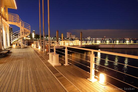 ぷかり桟橋より臨港パーク(北)方向の夜景を望む