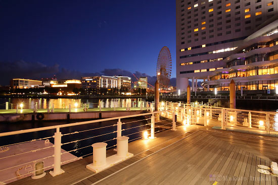 ぷかり桟橋より横浜みなとみらい万葉倶楽部・コスモワールド(南西)方向の夜景を望む