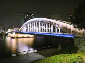 ひときわ目立つ勝鬨橋のライトアップ全景