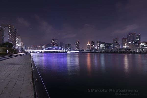 築地大橋(南西)方向の夜景を望む