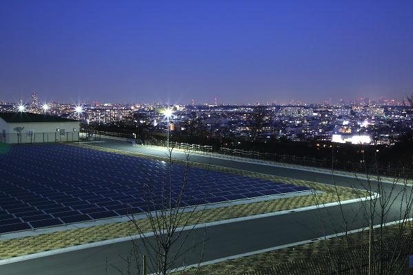 メガソーラーの広がる生田配水池とその先の東京都心(北東)方向の夜景を望む