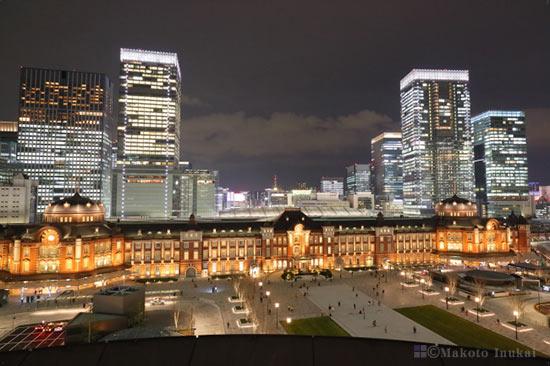 東京駅前広場・JPタワー(東南東)方向の夜景を望む