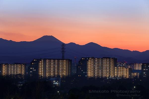 富士山のシルエットを望遠で捉える