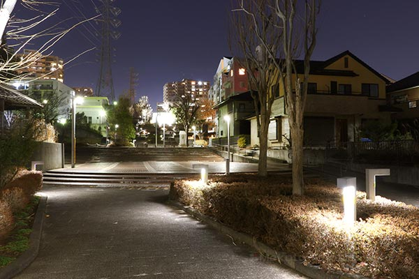長峰橋入口付近より長峰の新興住宅街(西)方向の夜景を望む