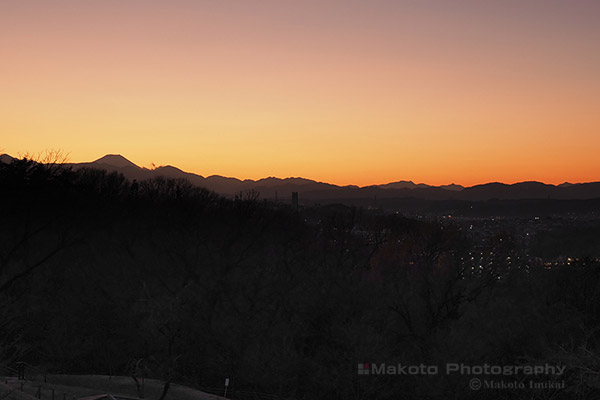 黄昏時に望む富士山のシルエット