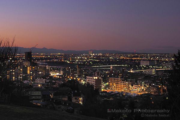 府中市・多摩川(北西)方向の夜景を望む
