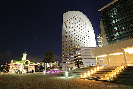 横浜グランドインターコンチネンタルホテル・ぷかり桟橋(南)方向の夜景を望む