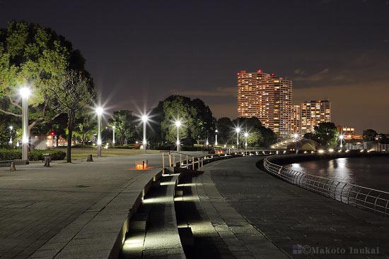 夜景スポット 臨港パーク海沿いのストリートとベンチの雰囲気