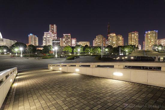 橋の上より横浜ランドマークタワー・みなとみらい地区(南西)方向の夜景を望む