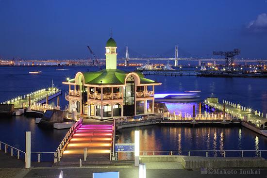 桟橋前の階段上よりぷかり桟橋(東)方向の夜景を望む