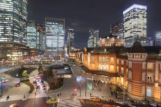 東京駅・丸の内駅前広場(北)方向の夜景を望む