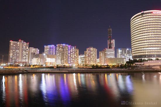 横浜ランドマークタワー・みなとみらい地区(南)方向の夜景を望む