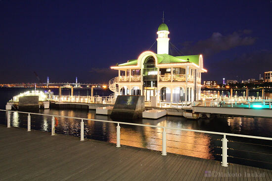 パシフィコ横浜国立大ホール前よりぷかり桟橋(南東)方向の夜景を望む