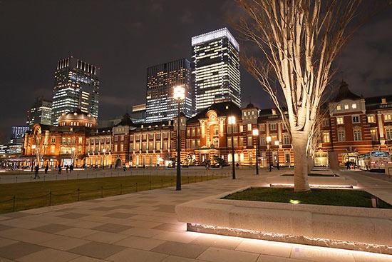 東京駅中央玄関(北東)方向の夜景を望む