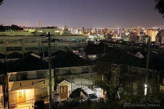 岸谷(北東)方向の住宅街夜景を望む