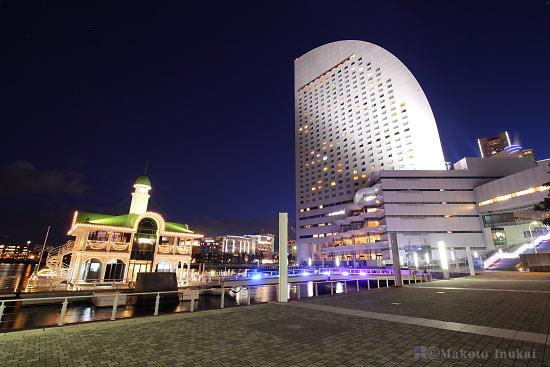 パシフィコ横浜国立大ホール前よりぷかり桟橋(南)方向の夜景を望む