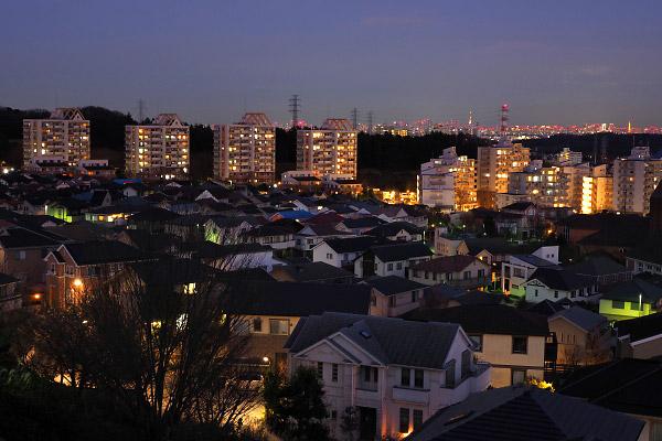 若葉台パークヒルズ・丘の手の住宅街(東)方向の夜景を望遠で捉える