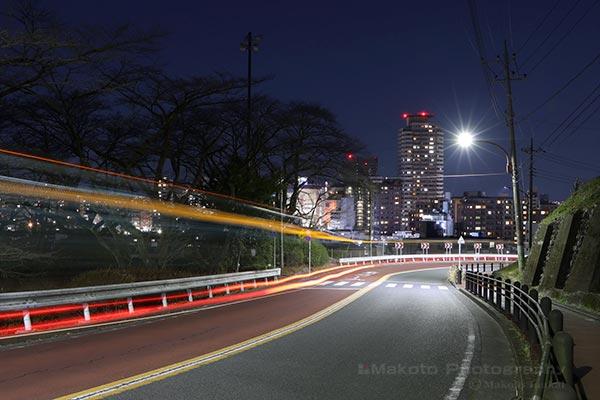 聖蹟桜ヶ丘駅周辺(北東)方向の夜景を車道脇から望む