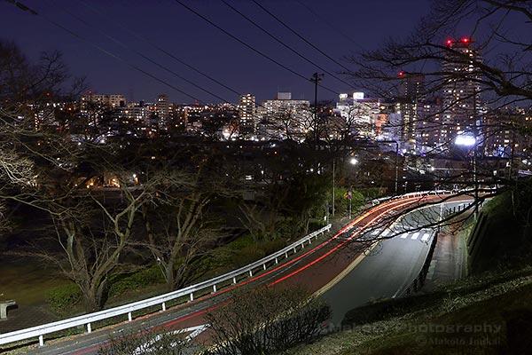 いろは坂の途中から聖蹟桜ヶ丘駅周辺(北東)方向の夜景を望む