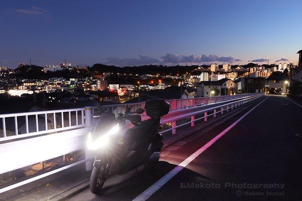 夜景をバックに愛車を写す