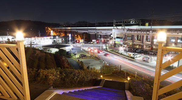 ストリートの最上段より鶴川街道(東)方向の夜景を望む