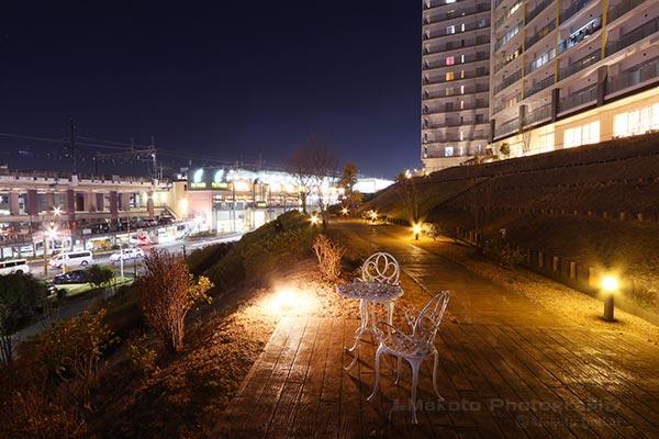 ベンチのあるストリートより若葉台駅(南西)方向の夜景を望む